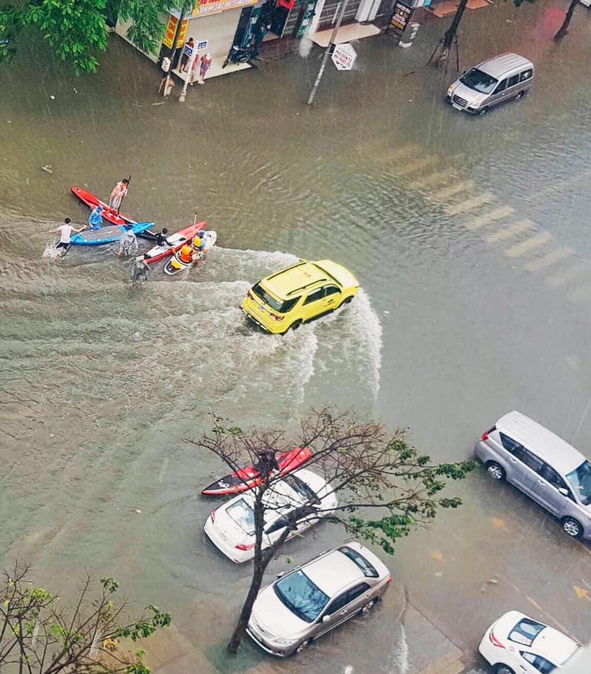 Đua thuyền kayak trên đường phố