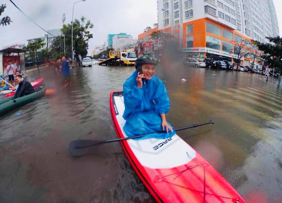 Người dân bơi thuyền kayak dạo phố