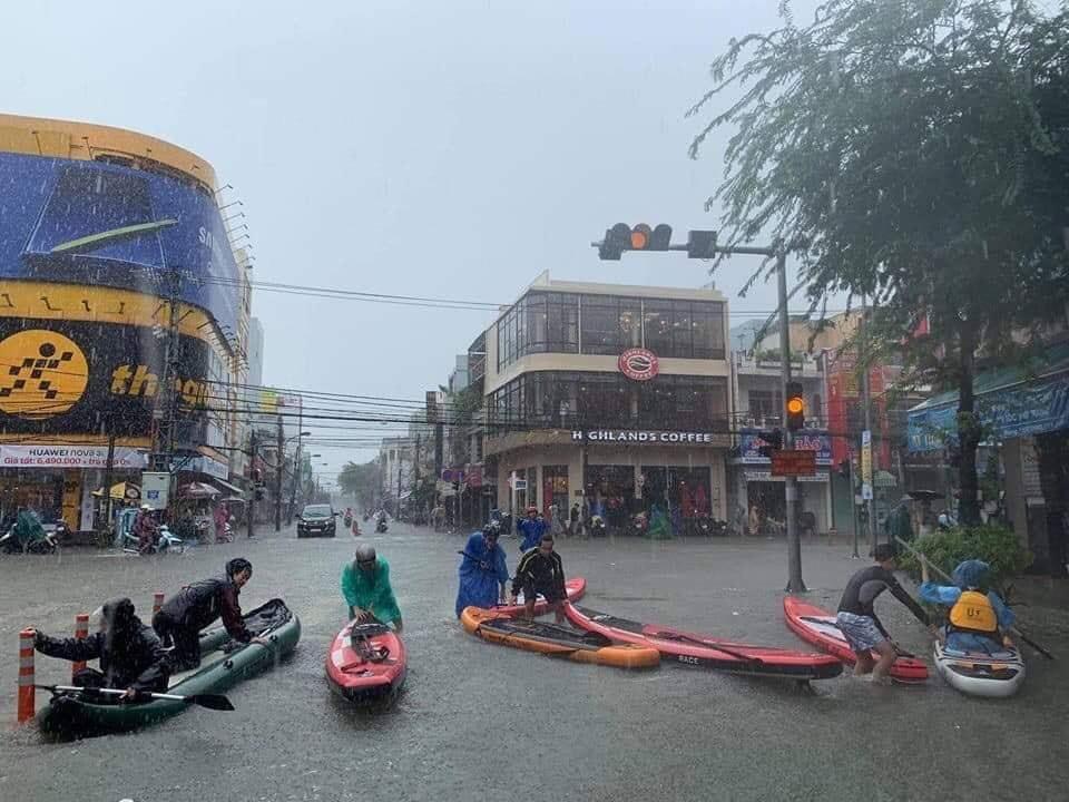 Hình ảnh người dân bơi thuyền đi chơi trên phố Hàm Nghi